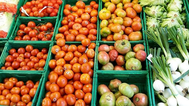 Venta al por menor y mayor de frutas y verduras.